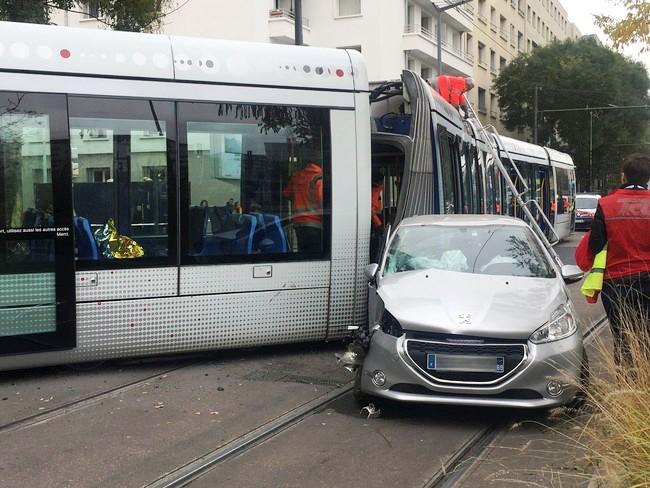 Accident-entre-un-tramway-et-une-voiture-dimanche-10-novembre-2019_image-gauche.jpg.037a692392c350072118d01927ca5c47.jpg